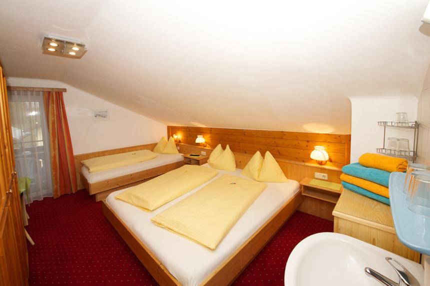 Zimmer-Dreibettzimmer-Etage-Balkon