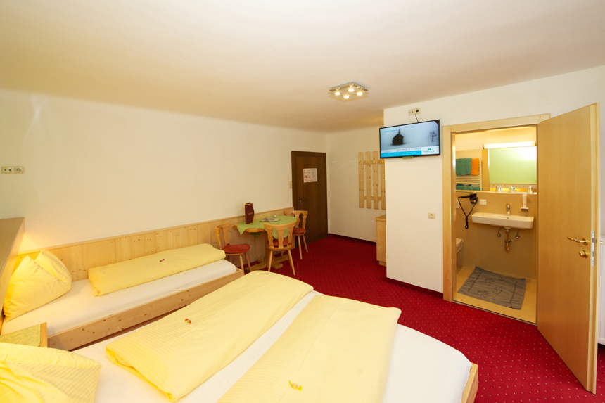 Zimmer-Dreibettzimmer-mit-Balkon