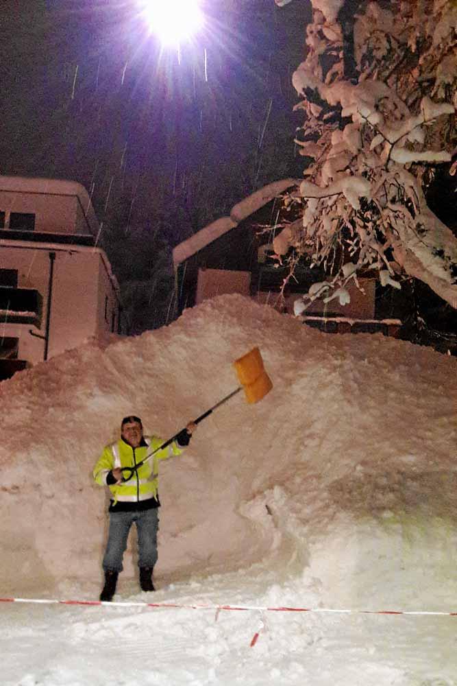 chef beim Schnee schaufeln im Winter