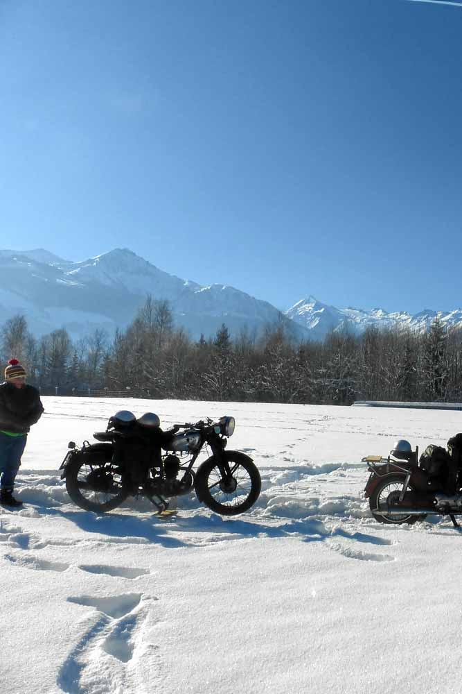 alte Puch Motorräder am Zeller See im Winter